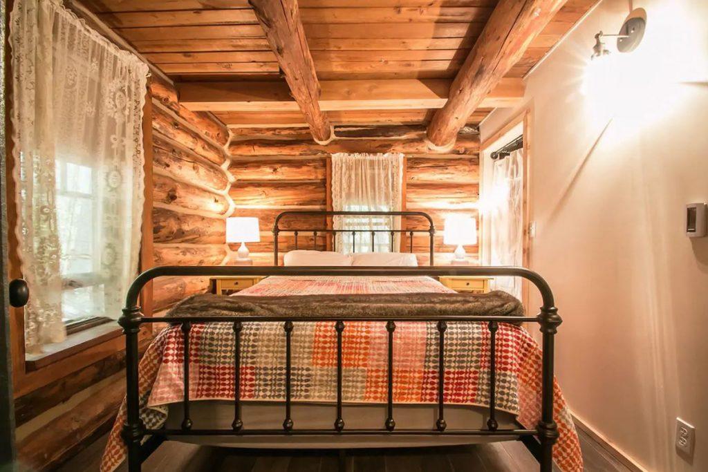 Cozy Cabins to Rent in Washington State - Guten Log Cabin Bedroom - Renee Roaming