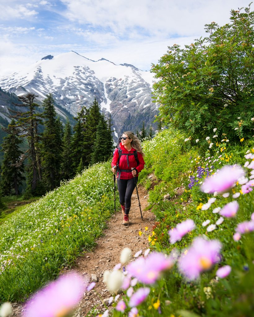 What to wear hiking as a woman - best hiking windbreaker for women